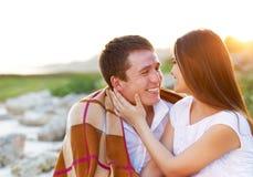 Couples heureux dans l'amour dans le jour d'été. Dehors portrait Photographie stock libre de droits
