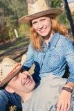 Couples heureux dans l'amour dehors Image libre de droits