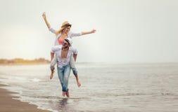 Couples heureux dans l'amour des vacances d'été de plage Photo libre de droits