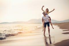Couples heureux dans l'amour des vacances d'été de plage Image stock