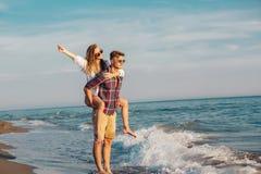 Couples heureux dans l'amour des vacances d'été de plage Photos libres de droits