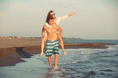 Couples heureux dans l'amour des vacances d'été de plage Photographie stock libre de droits