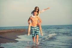 Couples heureux dans l'amour des vacances d'été de plage Image libre de droits