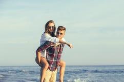 Couples heureux dans l'amour des vacances d'été de plage Photo stock
