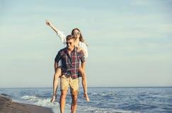 Couples heureux dans l'amour des vacances d'été de plage Images stock