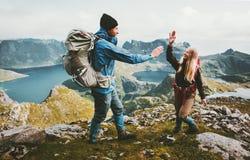 Couples heureux dans l'amour donnant cinq mains sur le dessus de la montagne Photo stock
