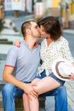 Couples heureux dans l'amour embrassant à la ville Image libre de droits