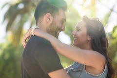 Couples heureux dans l'amour embrassant et regardant l'un l'autre Images libres de droits