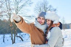 Couples heureux dans l'amour en hiver Image libre de droits