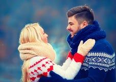 Couples heureux dans l'amour en hiver Photographie stock