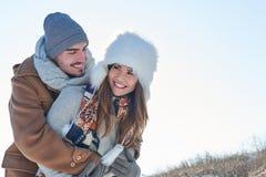 Couples heureux dans l'amour en hiver Photos stock