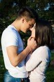 Couples heureux dans l'amour en parc Photo stock
