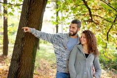 Couples heureux dans l'amour en parc d'automne Photo libre de droits