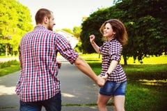 Couples heureux dans l'amour fonctionnant à l'allée Image modifiée la tonalité Image libre de droits