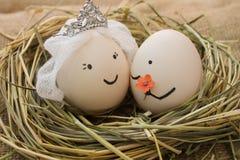 Couples heureux dans l'amour L'homme donne des fleurs à la femme Images libres de droits
