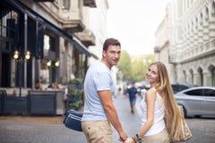 Couples heureux dans l'amour marchant dans la ville de Tbilisi, la Géorgie Photos stock