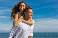 Couples heureux dans l'amour marchant sur la plage Image libre de droits
