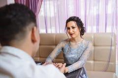 Couples heureux dans l'amour ooking à l'un l'autre s'asseyant en café Photographie stock libre de droits