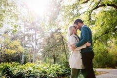 Couples heureux dans l'amour passant le temps ensemble Photos libres de droits