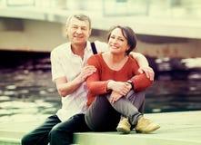 Couples heureux dans l'amour posant dehors ensemble Photos libres de droits