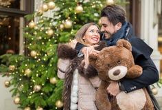 Couples heureux dans l'amour pour Noël Image stock