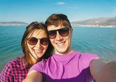 Couples heureux dans l'amour prenant l'autoportrait sur la plage Photographie stock