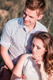 Couples heureux dans l'amour regardant loin Photo verticale images libres de droits