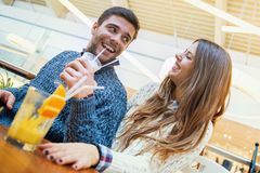 Couples heureux dans l'amour se reposant dans un café Image stock