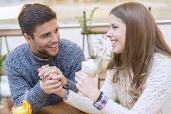 Couples heureux dans l'amour se reposant dans un café et une communication Images stock