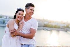 Couples heureux dans l'amour souriant et étant sensuel Photo stock