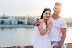 Couples heureux dans l'amour souriant et étant sensuel Photos stock