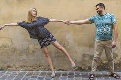 Couples heureux dans l'amour sur la rue devant un mur en pierre Photo stock