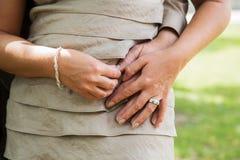 Couples heureux dans l'amour tenant des mains Images stock