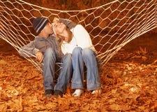 Couples heureux dans l'hamac Images libres de droits
