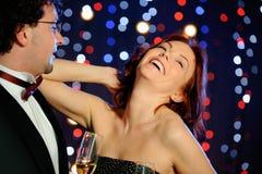 Couples heureux dans la boîte de nuit Photo stock