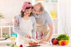 Couples heureux dans la cuisine Images stock