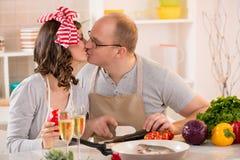 Couples heureux dans la cuisine Images libres de droits