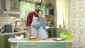 Couples heureux dans la cuisine banque de vidéos