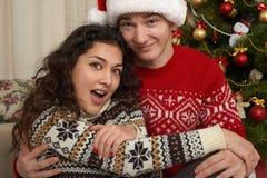 Couples heureux dans la décoration de Noël à la maison Soirée du Nouveau an, arbre de sapin décoré Vacances d'hiver et concept d' Image libre de droits
