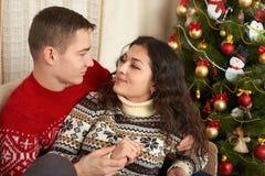 Couples heureux dans la décoration de Noël à la maison Soirée du Nouveau an, arbre de sapin décoré Vacances d'hiver et concept d' Image stock