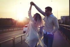 Couples heureux dans la danse d'amour au coucher du soleil Photos libres de droits