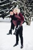 Couples heureux dans la forêt d'hiver photos libres de droits