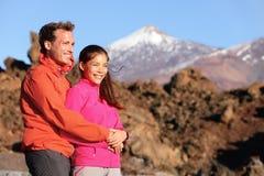 Couples heureux dans la hausse active de mode de vie Photos libres de droits
