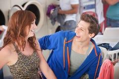 Couples heureux dans la laverie automatique Photographie stock libre de droits