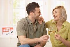 Couples heureux dans la maison neuve images libres de droits