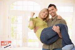Couples heureux dans la maison neuve Photos stock