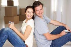 Couples heureux dans la maison neuve photographie stock