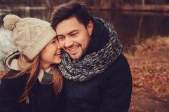 Couples heureux dans la marche chaude de chapeau et d'écharpe extérieure dans la forêt d'automne, humeur confortable Photos stock