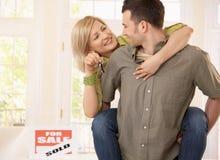 Couples heureux dans la nouvelle maison Images libres de droits