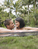 Couples heureux dans la piscine image libre de droits